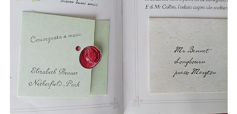 """Lettere incollate al libro. La prima con sigillo, con la scritta """"Consegnata a mano"""", la seconda indirizzata a Mr Bennet, arriva da Mr Collins, l'odiato cugino delle sorelle Bennet."""