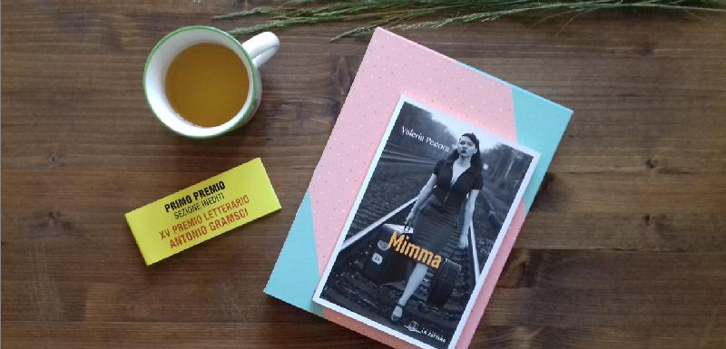 Libro Mimma di Valeria Pecora su un tavolo di legno, con tazza di tè.