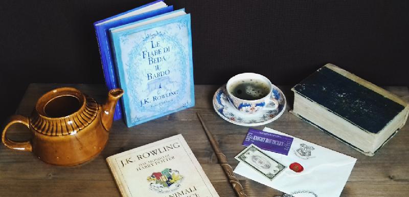 Tavolo con libri - Le fiabe di beda il bardo e Il Quidditch attraverso i secoli - biglietti per Hogwarts, tazza di tè e teiera.